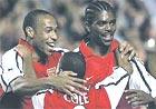 Arsenal ăn mừng thắng lợi.