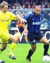 Ronaldo tranh bóng với cầu thủ của Chievo.