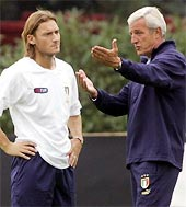HLV Lippi (phải) và Totti.