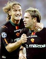 Totti (trái) sẽ sát cánh cùng Cassano trong trận này.