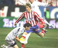 Casillas chặn đứng nỗ lực của Torres (sọc đỏ).