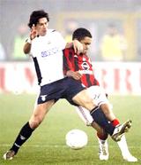 Albertini (trắng) tranh bóng với Serginho trong một trận đấu ở Serie A.