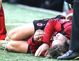 Shevchenko thể hiện nỗi đau đớn sau pha va chạm với Gamberini.