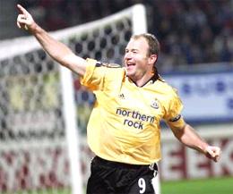 Alan Shearer ăn mừng bàn gỡ hòa cho Newcastle.