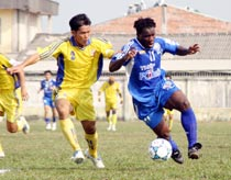 NH Đông Á (phải) nhiều khả năng chỉ còn cầu thủ ngoại Camara trong đội hình.