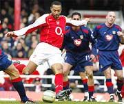 Henry bắn phá cầu môn đội khách.