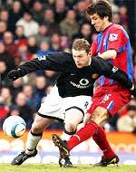 Cầu thủ hay nhất Premiership tháng 2 - Rooney - vào sân hiệp hai, nhưng cũng không thể giúp MU có bàn thắng.