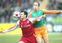 Tiền vệ Bremen, Fabian Ernst (phải) bất lực trước khả năng che bóng của Sagnol.
