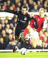 Việc phải vắt sức trước Arsenal có thể làm ảnh hưởng đến phong độ của Bayern (đen).