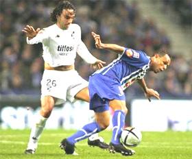 Luis Fabiano (phải) trong màu áo Porto.