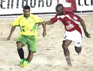 Romario (trái) vừa tham gia một giải bóng đá bãi biển trong tháng 2.