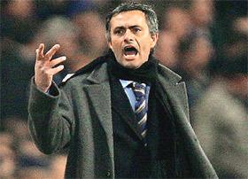 """Đến nước Anh, tài cầm quân và ăn nói của HLV Mourinho như """"gặp đất"""" để phát huy."""
