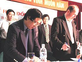 Nguyên tổng thư ký Phạm Ngọc Viễn và HLV Letard trong lễ ký hợp đồng.
