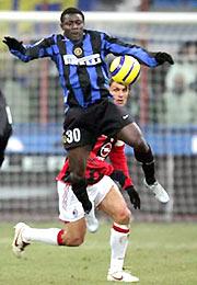 Martins (xanh) một lần nữa làm khổ Maldini?