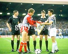 Năm 1985, đội trưởng hai đội Phil Neal (Liverpool) và Gaetano Sciera trao cờ lưu niệm.