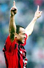 Cafu ăn mừng bàn thắng thứ 7 trong màu áo Milan.