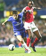 Arsenal quyết làm chậm ngày đăng quang của Chelsea.