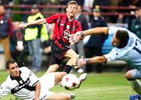 Tomasson dứt điểm tung lưới Parma, bất chấp nỗ lực cứu bóng của hậu vệ và thủ môn đội khách.