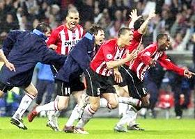 Các cầu thủ PSV sung sướng sau khi giành chức vô địch Hà Lan lần thứ 18 trong lịch sử CLB.