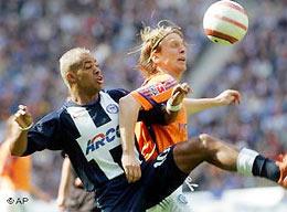 Marcelinho (trái) - nỗi khiếp sợ của những bóng áo vàng Schalke.