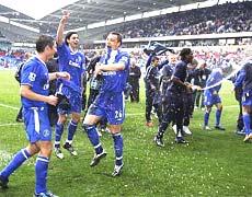 Các cầu thủ Chelsea đợi chờ thời khắc được chính thức ăn mừng chức vô địch.
