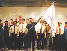 Chủ tịch CLB bóng đá TP HCM, ông Quách Thành Lai giương cao ngọn cờ quyết thắng.