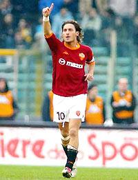 Totti cứu vớt một mùa bóng thảm hại của Roma. Họ có thể đoạt Cup quốc gia và chắc chắn góp mặt tại Cup UEFA.