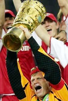 Đội trưởng Oliver Kahn nâng cao chiếc Cup quốc gia mùa bóng 2004-2005.