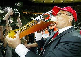HLV Magath lại có dịp uống bia vại lớn.
