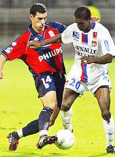 Theo Marcotti, Eric Abidal (phải) có thể lực và đầu óc của Thuram, cộng thêm tốc độ và kỹ thuật của Lizarazu.