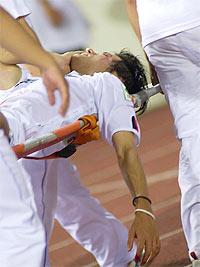 Bị chấn thương ở mắt, Lee Sang Ho phải vào viện phẫu thuật.