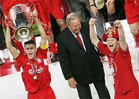 Chủ tịch Johansson (đen) trong lễ trao Cup cho Liverpool.