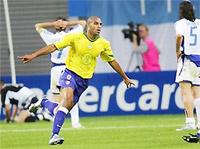 Các cầu thủ Hy Lạp (trắng) ngao ngán sau bàn thắng của Adriano.