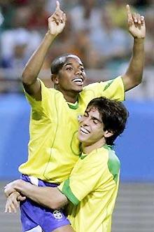 Robinho (trái) chơi khá hay bên cạnh các đàn anh tại Confederations Cup 2005.