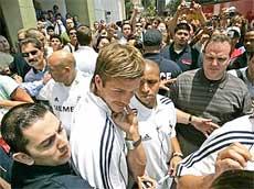 David Beckham và các đồng đội trong vòng vây của CĐV và nhà báo tại Mỹ.
