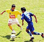 Một pha tranh bóng trong trận Đà Nẵng - SLNA (vàng). Ảnh: VFF