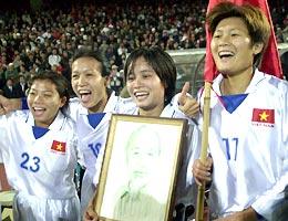 Các nữ cầu thủ Việt Nam đang chuẩn bị cho cuộc bảo vệ ngôi nữ hoàng SEA Games. Ảnh: Anh Tuấn