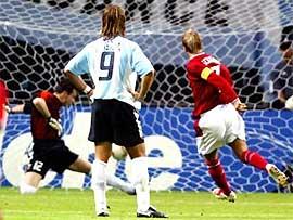 Batistuta nhìn Beckham sút phạt đền thành công ở World Cup 2002.