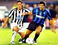 Tân binh Luis Figo của Inter tranh bóng với Camoranesi của Juve trong trận giao hữu mới đây.