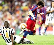 Patrick Vieira (trái) cản phá tài năng trẻ Leo Messi của Barca.