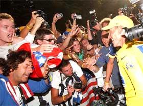 Armstrong trong vòng vây của các CĐV.