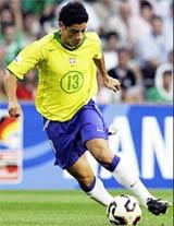 Cicinho trong màu áo tuyển Brazil.
