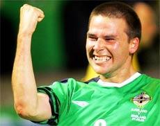David Healy ăn mừng bàn thắng để đời.