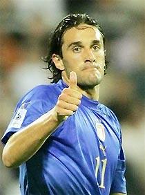 Luca Toni tỏa sáng với một hat-trick ấn tượng.
