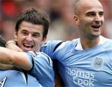Barton (trái) giúp Man. City tiếp tục bất bại.