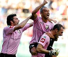 Các cầu thủ Palermo ăn mừng bàn thắng.