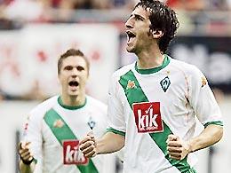 Micoud (phải) góp một bàn trong trận đại thắng của Bremen.