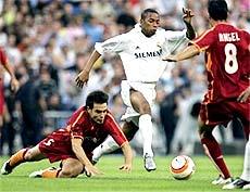 Tiền đạo trẻ Robinho (trắng) được coi là tâm điểm của trận đêm nay.