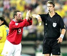 Rooney dính thẻ vàng thứ hai vì tội khiêu khích trọng tài.