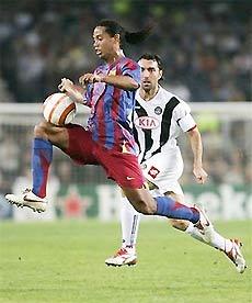 Ronaldinho đang bay trên sân cỏ bóng đá thế giới.